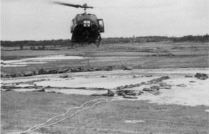 1. Ένα ελικόπτερο αεροδιακομιδής που προετοιμάζεται για προσγείωση με επιβάτες τραυματίες στο ελικοδρόμιο της Ζώνης Προσγείωσης Χωκ Χιλ του σταθμού, περίπου 32 μίλια Νότια του Ντα Νανγκ το 1970. (Φωτογραφία του Ρόμπερτ Μ. Ρόμπσον)
