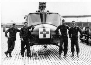 2. (Από αριστερά προς δεξιά) Τομ Φρανκς (νοσοκόμος στο ελικόπτερο του συγγραφέα που έσωσε τον Γιόστ και το πλήρωμα του), Δεκανέας Ντέιβ Φάρναμ (επικεφαλής του πληρώματος), Σμηναγός Ρόμπερτ Ρόμπσον (ο συγγραφέας και χειριστής του ελικοπτέρου) και Αρχισμηνίας Τιμ Γιόστ (χειριστής του ελικοπτέρου που καταρρίφθηκε στο Χίεπ Ντουκ) ποζάρουν σε ομαδική φωτογραφία στη Ζώνη Προσγείωσης της Κόκκινης Παραλίας τις αρχές του 1970. (Πηγή φωτογραφίας Bild am Sonntag, μία εφημερίδα της Δυτικής Γερμανίας)