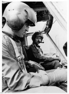 4. (Από αριστερά προς τα δεξιά) Σμηναγός Ρόμπερτ Ρόμπσον και Αρχισμηνίας Τιμ Γιόστ σβήνουν το ελικόπτερο UH-1H (Χίουι) τους στη Κόκκινη Παραλία στο Ντα Νανγκ μετά από αποστολή αεροδιακομιδής τις αρχές του 1970. (Πηγή φωτογραφίας Bild am Sonntag)