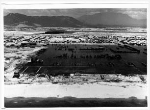 5. Κόκκινη Παραλία στο Ντα Νανγκ κοιτώντας Νότια πάνω από το λιμάνι του Ντα Νανγκ πάνω από τον αεροδιάδρομο του 236 Ιατρικού Αποσπάσματος προς το χώρο της μονάδας και στο Φρίντομ Χιλ μακριά στη πάνω αριστερή γωνία της φωτογραφίας. (Φωτογραφία του Ρόμπερτ Μ. Ρόμπσον)