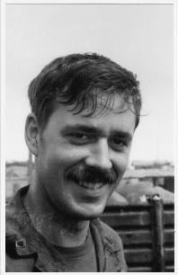 7. Αρχισμηνίας Μπιλ Πέιν, συγκυβερνήτης στο ελικόπτερο του συγγραφέα στις αποστολές στο Χίεπ Ντουκ. (Φωτογραφία του Ρόμπερτ Τέρελ, απεβίωσε πρόσφατα)