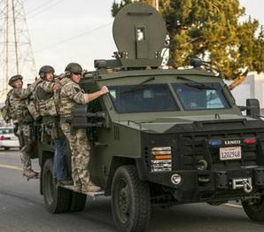 Σε αυτή τη φωτογραφία αρχείου από τις 2 Δεκεμβρίου 2015 οι αρχές κάνουν έρευνα σε περιοχή κοντά στο σημείο όπου η αστυνομία σταμάτησε ένα ύποπτο όχημα στο Σαν Μπερναρντίνο, οι νομοθέτες της Καλιφόρνια θέλουν να δουν αν υπάρχουν διδάγματα από το τρόπο αντίδρασης των υπηρεσιών έκτακτης ανάγκης στη τρομοκρατική επίθεση του Σαν Μπερναρντίνο που σκότωσε 14 πέρσι. (Φωτογραφία από AP/Damian Dovarganes, Αρχείο)